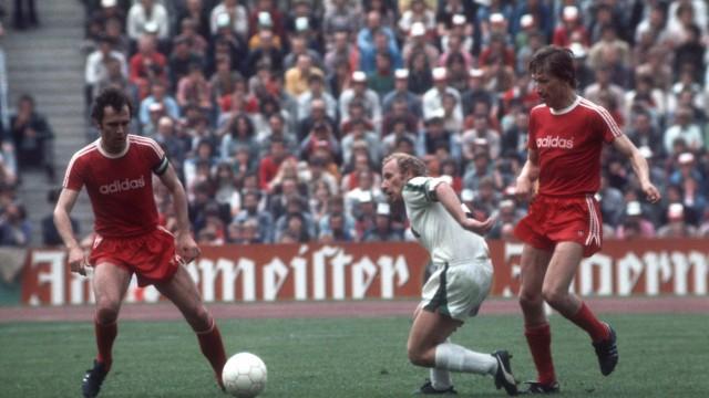 Berti Vogts Borussia Mönchengladbach Mitte zwischen Franz Beckenbauer und Conny Torstensson beid