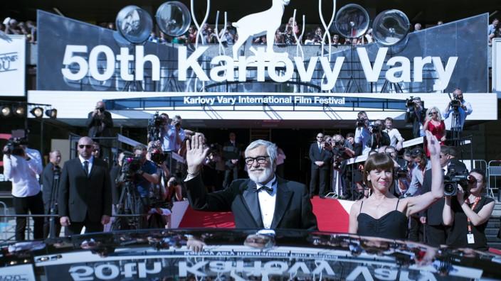 Festivalpräsident Jiří Bartoška mit seiner Frau Andrea Bartošková auf dem Roten Teppich des 50. Internationalen Filmfestivals Karlovy Vary.