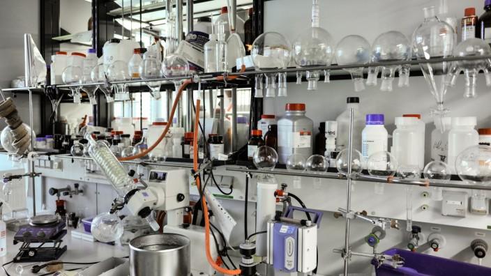 Informatik: Bei der Arbeit im Chemielabor spielen bisher Bauchgefühl, Erfahrung und Kreativität der Wissenschaftler eine entscheidende Rolle.