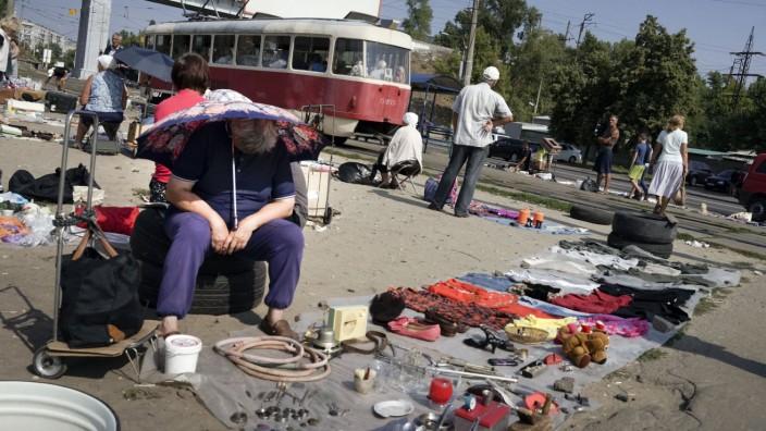 Konflikt mit Russland: Flohmarkt in Kiew. Die Lage ist äußerst angespannt. Die Schulden lasten nach wie vor schwer auf der Ukraine.