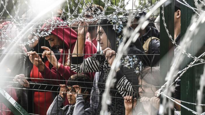 Eigennutz statt Moral: Naiv oder menschlich, realistisch oder rücksichtslos? Ungarn wehrt Flüchtlinge per Grenzzaun ab.