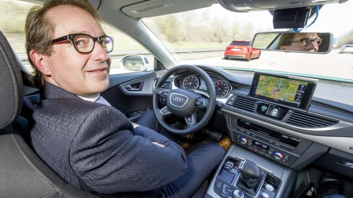 Alexander Dobrindt in einem autonom fahrenden Audi