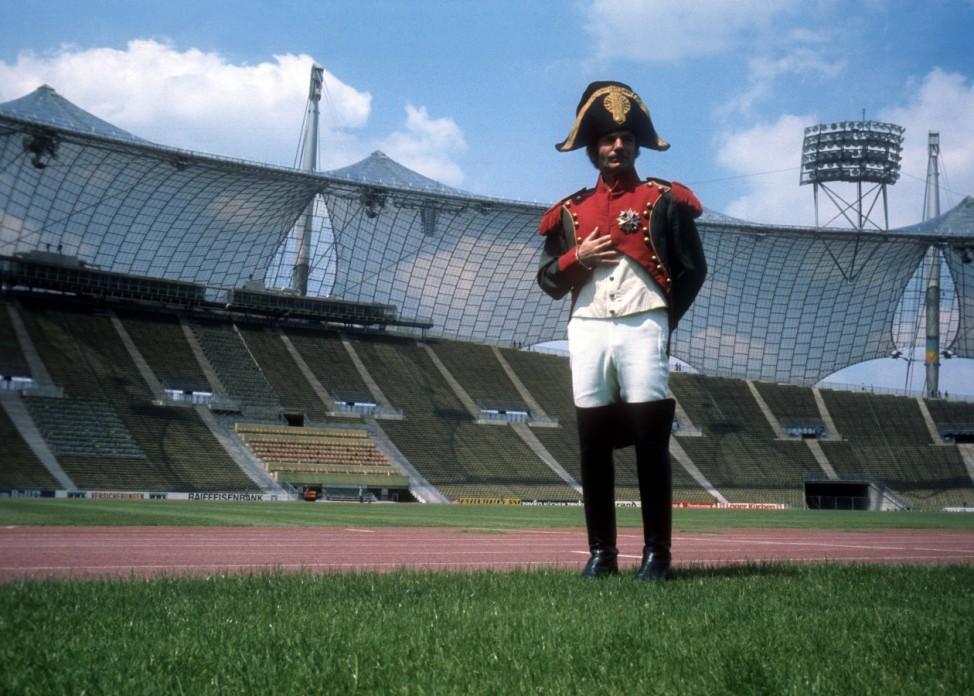 Trainer Dettmar Cramer FC Bayern München als Napoleon Bonaparte verkleidet im Münchner Olympiastad; Dettmar Cramer