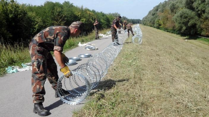 Asylrecht: Festung Europa: Am Wochenende haben ungarische Soldaten auch die Grenze zum EU-Nachbarland Kroatien mit Stacheldraht abgeriegelt.