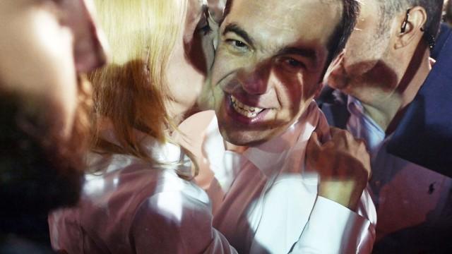 Reaktionen auf Griechenland-Wahl: Alexis Tsipras feiert mit seinen Anhängern - in Deutschland sind die Reaktionen auf seine erneute Wahl geteilt.