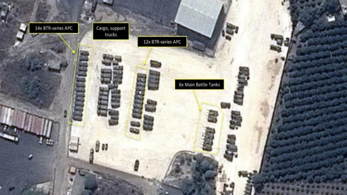 Einsatz in Syrien: Luftbilder zeigen russische Panzer auf einer Militärbasis in Syrien.
