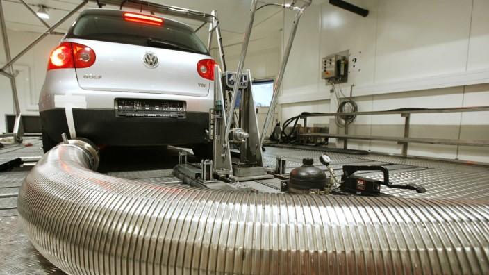 VW-Manipulation: Ein VW-Golf in einer Abgasuntersuchungsanlage