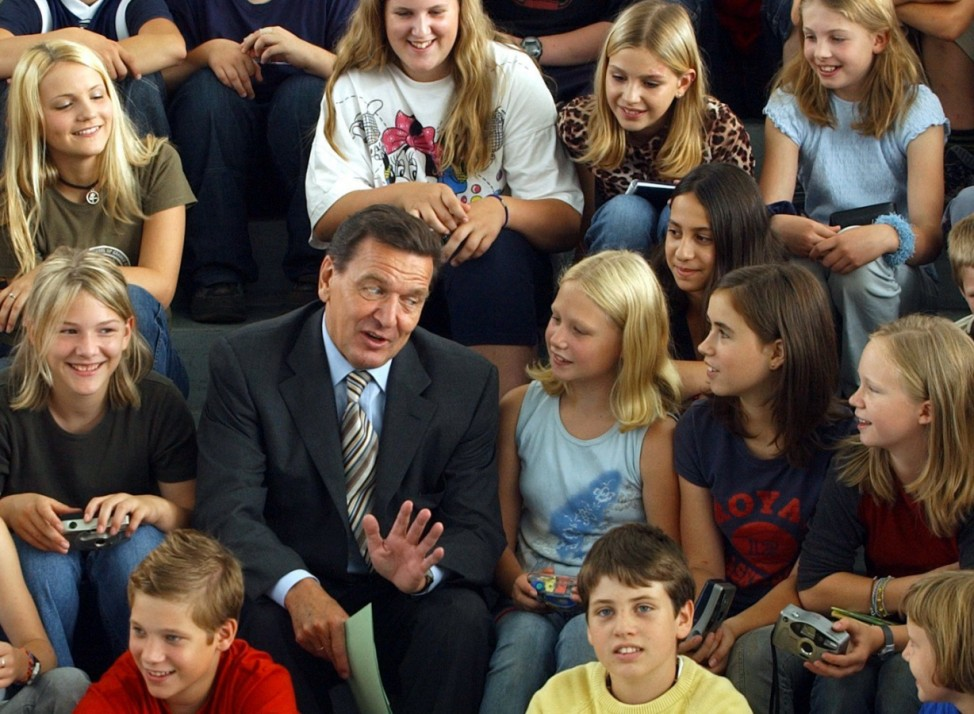 Gerhard Schröder mit Schülerinnen und Schüler, 2002