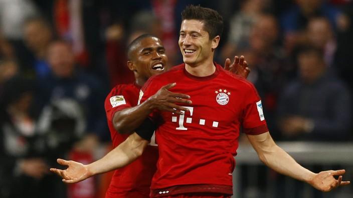 Fünffach-Torschütze des FC Bayern: Der die Bayern beglückt: Stürmer Robert Lewandowski (rechts).
