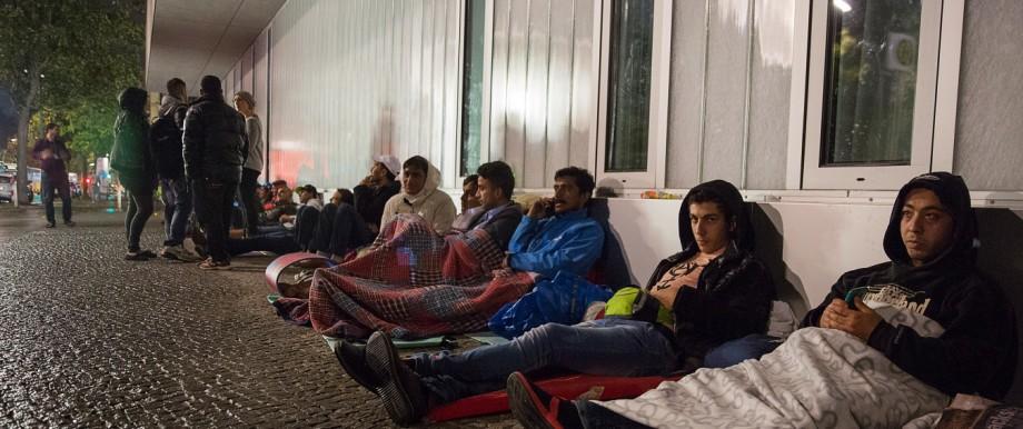 Hunderte Flüchtlinge warten am LaGeSo auf den transport zu Unterkünften