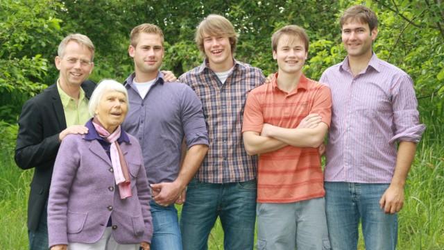 Report: Das Familienunternehmen: Firmenchef Stefan Voelkel und seinen Söhnen Jacob, Jurek, David und Boris (v. li.) und die Großtante Linde Kahl.
