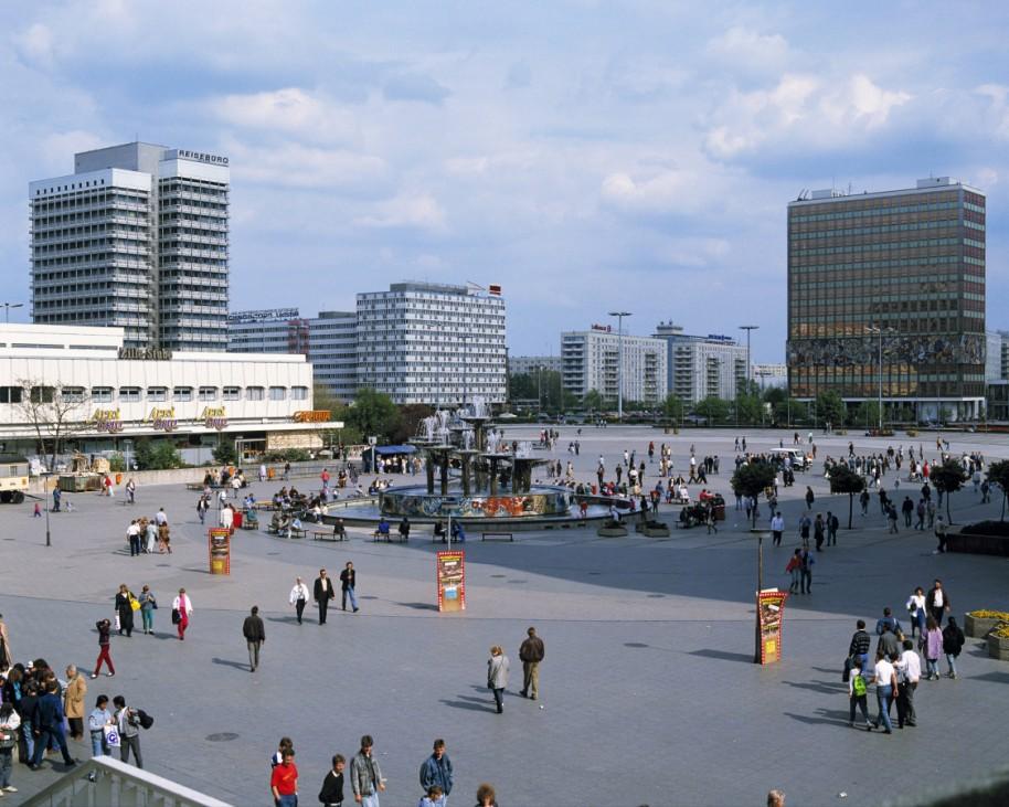 Alexanderplatz Alex mit Brunnen der Voelkerfreundschaft von Walter Womacka und Hans Joachim Kunsch i