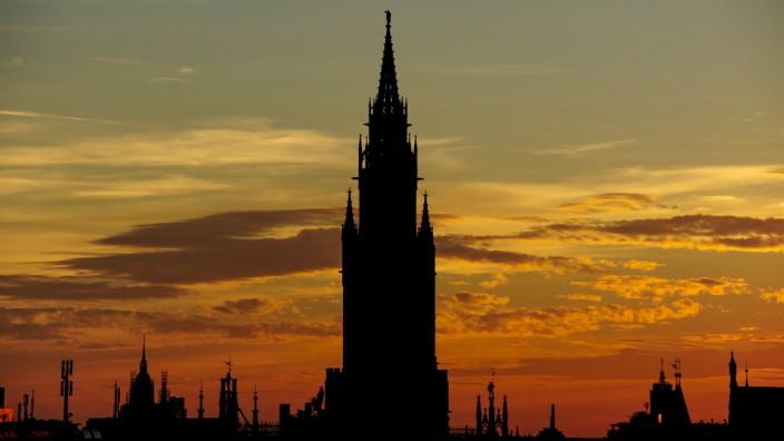Stadt-Shilouette von München bei Sonnenuntergang, Rathaus