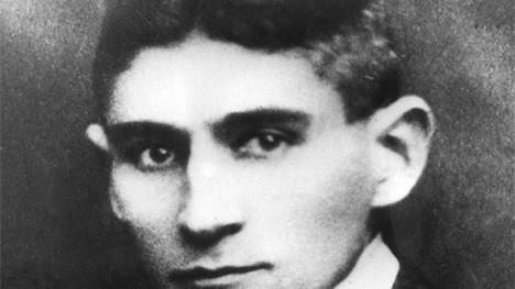 Überwachungsprotokolle bei Lidl: Von Lidl-Chef Dieter Schwarz gibt es nur ein einziges Foto. Doch die beklemmenden Überwachungsprotokolle lassen ohnehin vermuten, dass dieser Mann hinter den Kulissen die Fäden zieht: Franz Kafka (1883-1924), Angestellter und Visionär der zwischenmenschlichen Höllen, würde sich heute wohl sehr für Lidl-Sonderangebote interessieren.