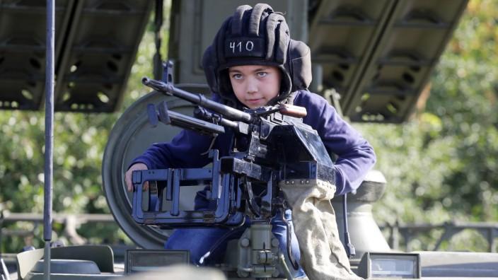 Ukraine: Ein Junge spielt im Gefechtsstand eines Panzers nahe Donetzk.