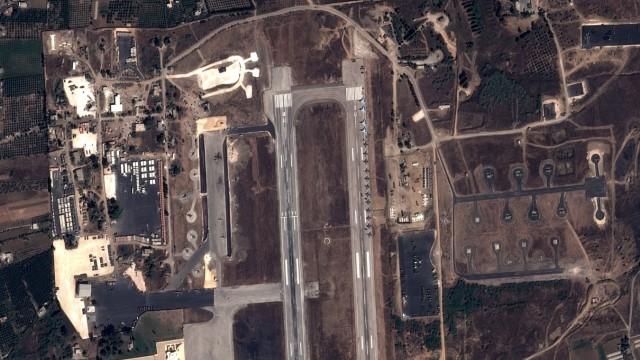 Militäreinsatz: Russische Kampfjets in der syrischen Stadt Latakia auf einer Satellitenaufnahme.