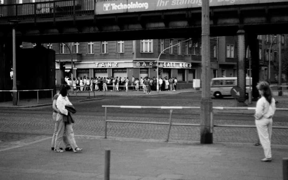 DDR Berlin Prenzlauer Berg Schönhauser Allee Ecke Wichertstraße Menschenschlange vorm Cafe Nord