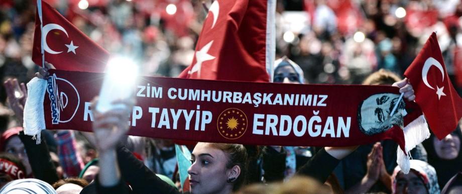 Erdoğan-Besuch in Brüssel: Anhänger des türkischen Staatspräsidenten Recep Tayyip Erdoğan in Straßburg.