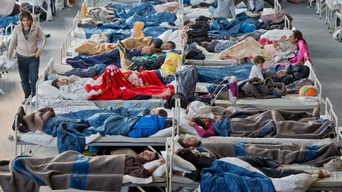 Asylsuchende in Deutschland: Viele Kommunen sehen sich überfordert: Flüchtlinge in einer Massenunterkunft im hessischen Hanau.