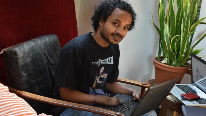 Flüchtlinge an Hochschulen: Filmon Debru hat in Eritrea Informatik studiert, dann hackten ihm Räuber die Hände ab. In München möchte er nun gerne weiterstudieren.