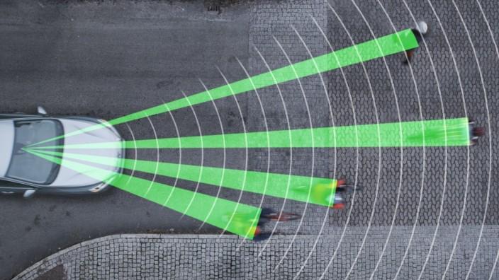 Verkehrspolitik: Notbremsassistenten erfassen Radfahrer und Fußgänger frühzeitig und bremsen selbständig, wenn nötig.