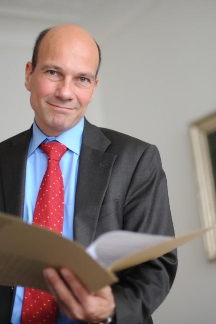 Datenschutz: Datenschützer Thomas Petri trennt strikt Privates und Berufliches. In seinem Büro hab er keine persönlichen Gegenstände.