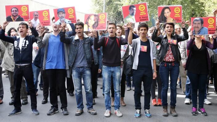 """Anschlag in Ankara: Mitglieder der Emep, der türkischen """"Partei der Arbeit"""", halten in Ankara Bilder jener Parteikollegen hoch, die bei Bombenexplosionen während einer Demonstration tags zuvor ums Leben gekommen sind. Fast 100 Menschen wurden bei dem Anschlag getötet."""