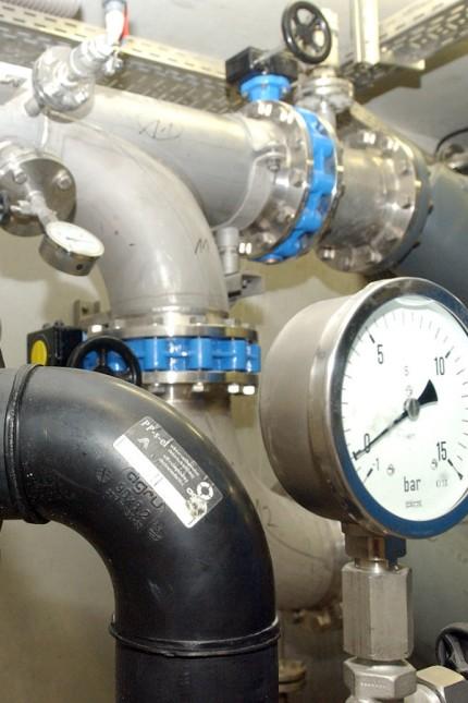 Geothermie in Unterschleißheim: In der Energiezentrale am Hallenbad wird das heiße Tiefenwasser ins Fernwärmenetz eingespeist.