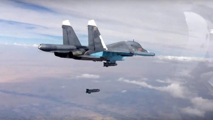 Luftangriffe in Syrien: Russischer Kampfjet des Typs Su-34 über Syrien.