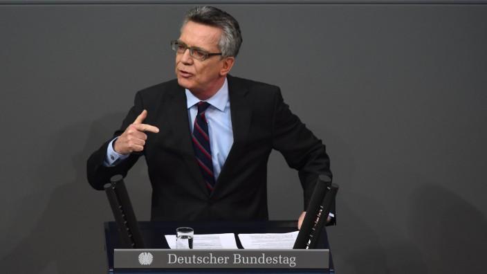 Flüchtlingskrise: Innenminister de Maizière spricht im Bundestag zur Flüchtlingskrise.