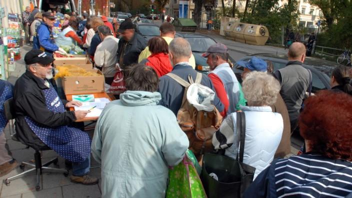 Münchner Tafel verteilt Lebensmittel, 2006