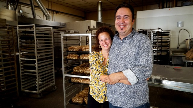 Samstagsküche: Esther und Robert Nio in ihrer Backstube. Das Ehepaar betreibt auch ein Café, in dem es Schnitzel und Weißwurst gibt.