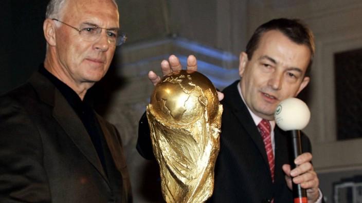 Affäre um Fußball-WM 2006: OK-Präsident Franz Beckenbauer und Vize Wolfgang Niersbach präsentieren im Jahr 2005 in Hannover den WM-Pokal.