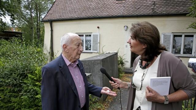 """Lager Föhrenwald: Im DP-Lager Föhrenwald lebten zeitweise bis zu 6000 Menschen, unter ihnen der ehemalige KZ-Gefangene Leslie Schwartz (hier im Gespräch mit Sybille Krafft, der Vorsitzenden des Vereins """"Bürger fürs Badehaus"""")."""