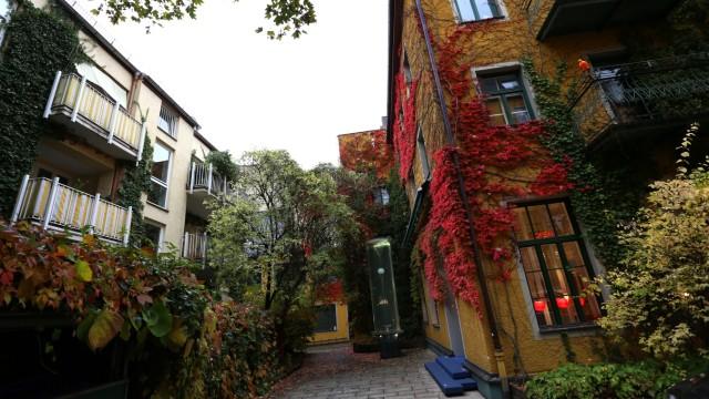 Fassaden: Schmuck und Klimaanlage zugleich: Hausfassaden in einem Hinterhof an der Münchner Kaiserstraße.