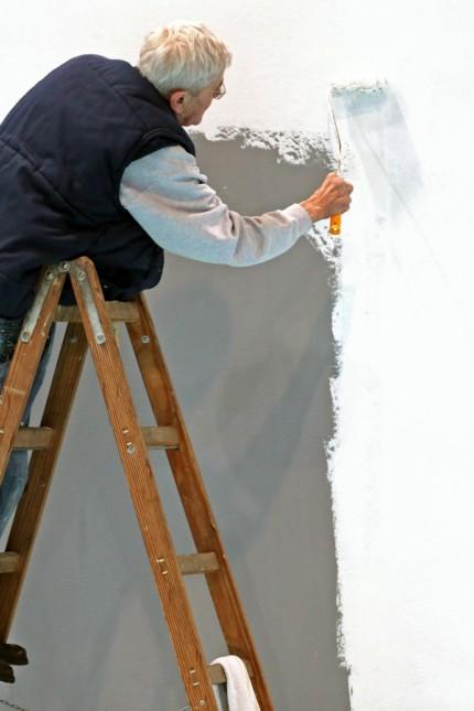 Älterer Mann weißt Wand