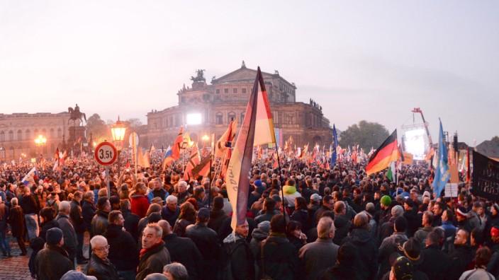 Ein Jahr Pegida: Pegida-Demonstranten in Dresden.