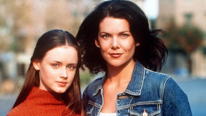 "Lauren Graham als Lorelai Victoria Gilmore (rechts) mit Alexis Bledel als Lorelai ""Rory"" Leigh Gilmore."