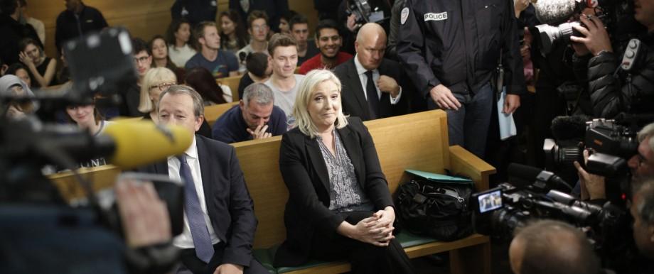 """Marine Le Pen: Front-National-Chefin Marine Le Pen vor Gericht in Lyon, wo sie sich wegen """"Anstachelung zum Hass und zur Diskriminierung"""" gegenüber Muslimen verantworten muss."""