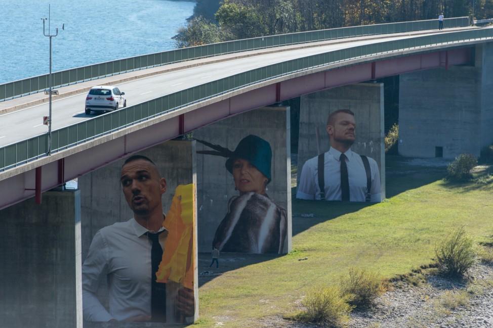 Romanfiguren auf Brückenpfeilern