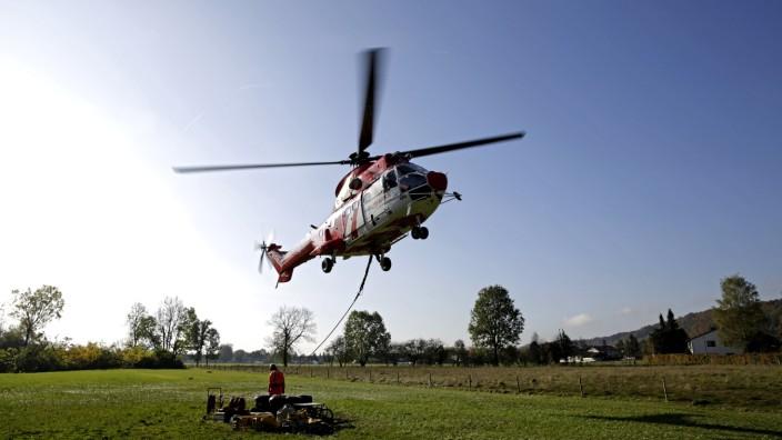 Baumfällaktion: Der Helikopter ist vier Tage lang im Einsatz, um die Stämme und Äste zum Ablageplatz neben der Kläranlage am Weidacher Isarspitz zu bringen.