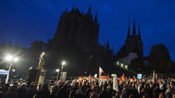 AfD-Kundgebung: Tausende AfD-Anhänger vor einem stockdunklen Domberg. Das Bistum schaltete aus Protest das Licht aus.