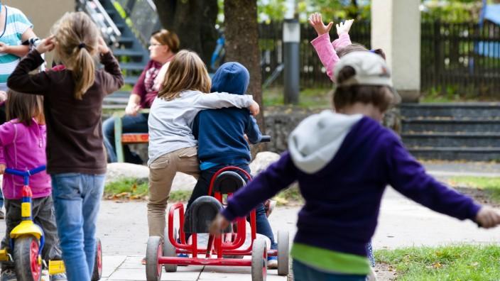 Flüchtlingskinder: Im Kindergarten in Grafing lernt Fatih (auf dem Kettcar l.) wieder unbefangen zu spielen. Dennoch erinnern ihn viele Alltagsgeräusche an den Krieg.