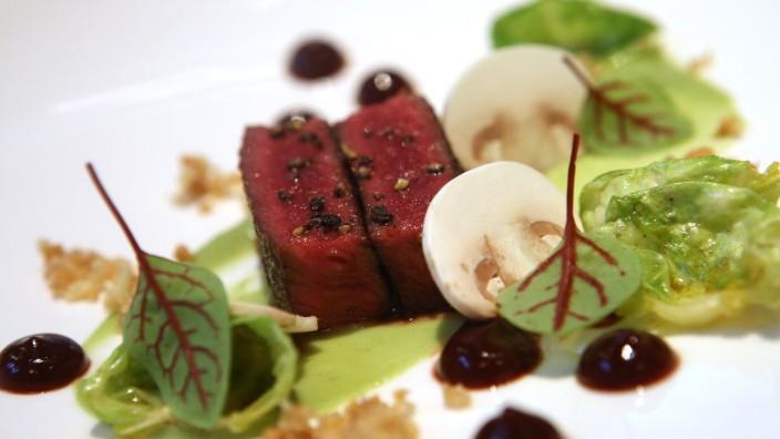 Restaurant Délice la Brasserie: Der Hirschrücken kommt vom Gutshof Polting - und wird Rosenkohl, Haselnuss und Rotweinbirne serviert.