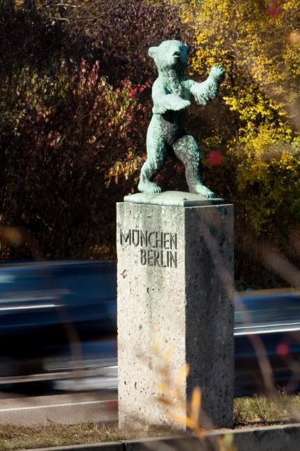 Berliner Bär auf der A9 am Mittelstreifen auf der Höhe Ausfahrt Fröttmaning