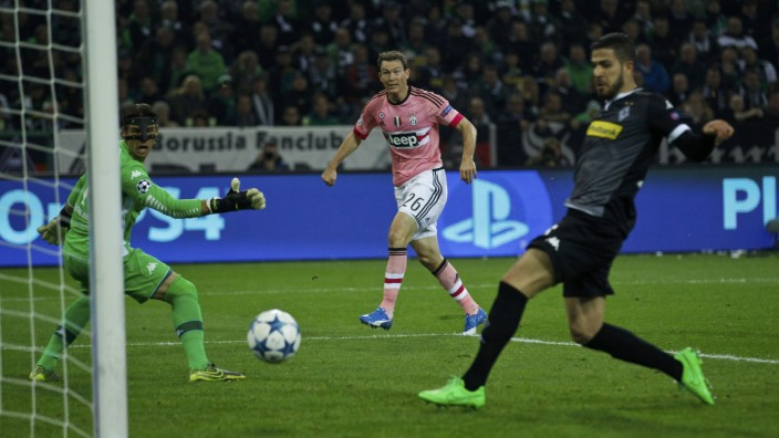 Juventus' Lichtsteiner scores a goal past Moenchengladbach's Sommer (L) during their Champions League group D soccer match in Moenchengladbach