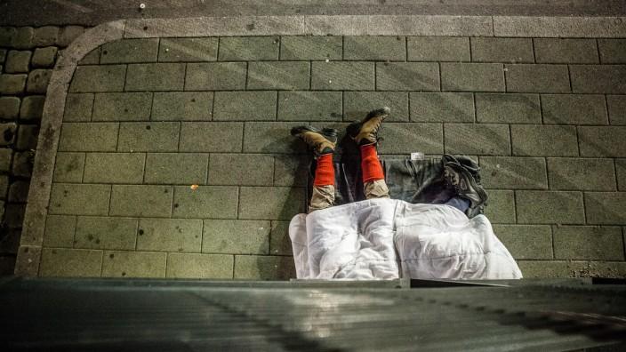 ZOB-Angels. Sie kümmern sich um die Flüchtlinge, die dort stranden, warten, ankommen, weiterreisen wollen. Sie sprechen die Flüchtlinge an, verteilen Essen, Tee, warme Kleidung.