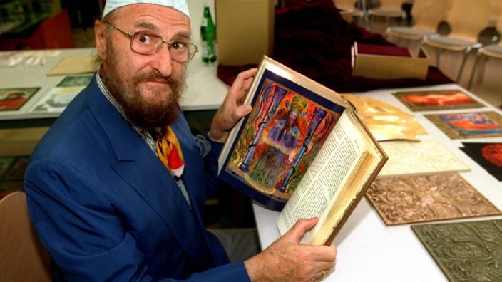 Ernst Fuchs mit seiner Bilderbibel