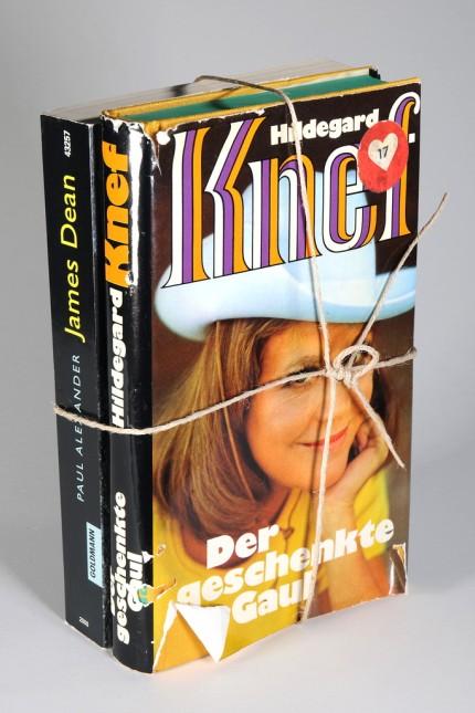 """Ausstellung: Mit Paketschnur zusammengebunden: Hildegard Knefs """"Der geschenkte Gaul"""" (DB Fundbibliothek) mit Paul Alexanders """"James Dean""""."""