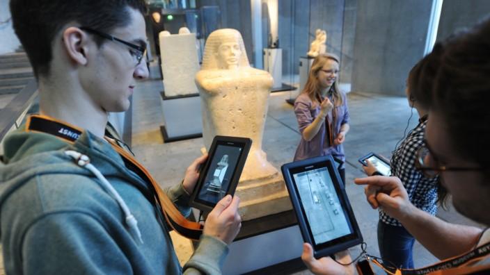Maxvorstadt: Gute Idee: Auf dem Tablet gespeicherte Informationen erklären Kunst.